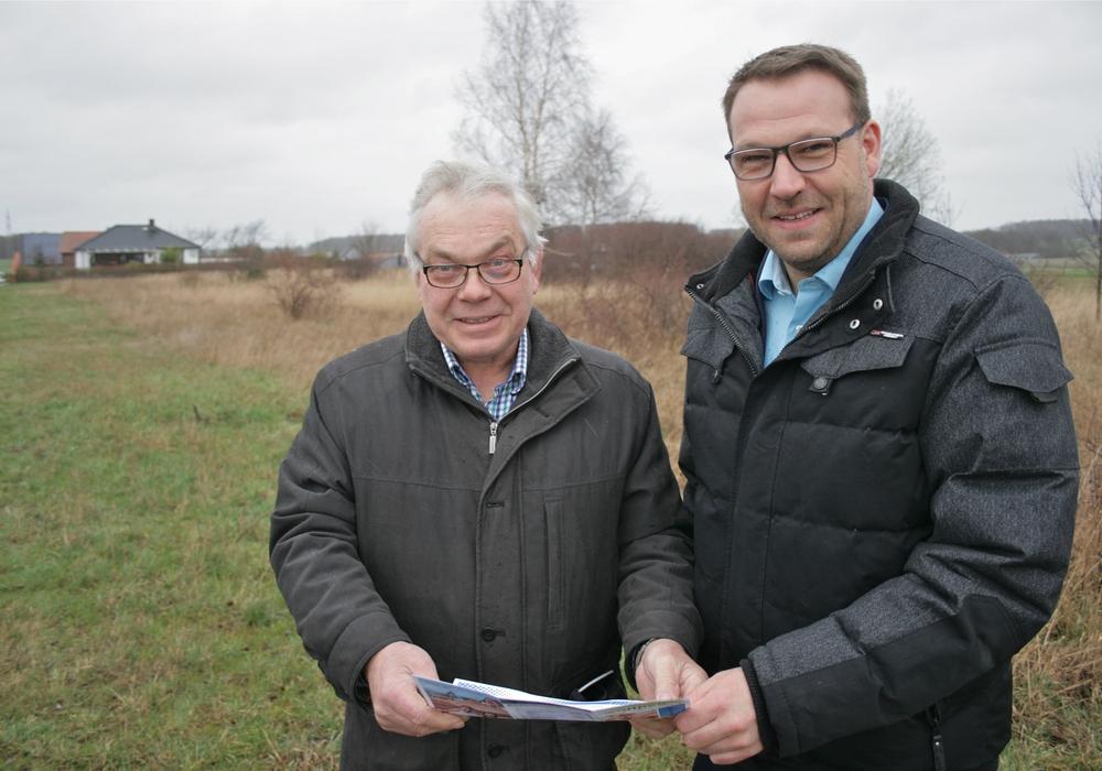 Bürgermeister Jörg Minkley (links) mit Samtgemeindebürgermeister Gero Janze (rechts) bei einem Vorort-Termin. Foto: Erik Beyen
