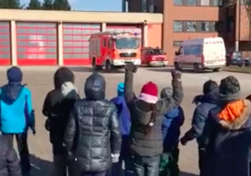 Aufgeregte Kinder gab es heute auf dem Feuerwehrgelände. Video/Screenshot: Feuerwehr
