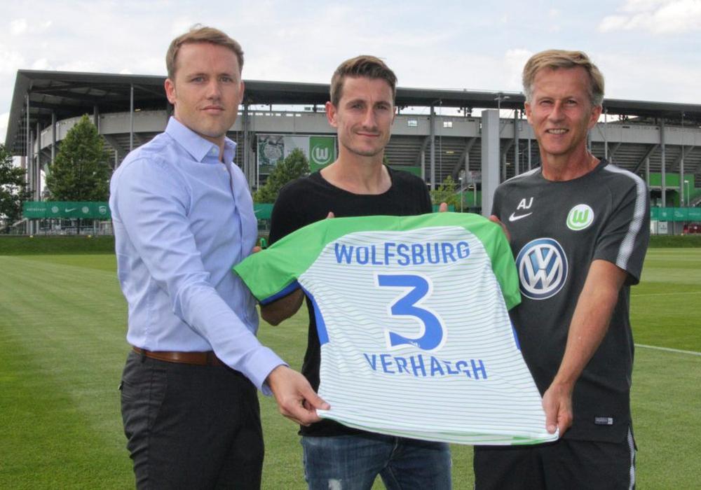 Drei und die 3: Manager Olaf Rebbe, Paul Verhaegh und Trainer Andries Jonker. Foto: Frank Vollmer
