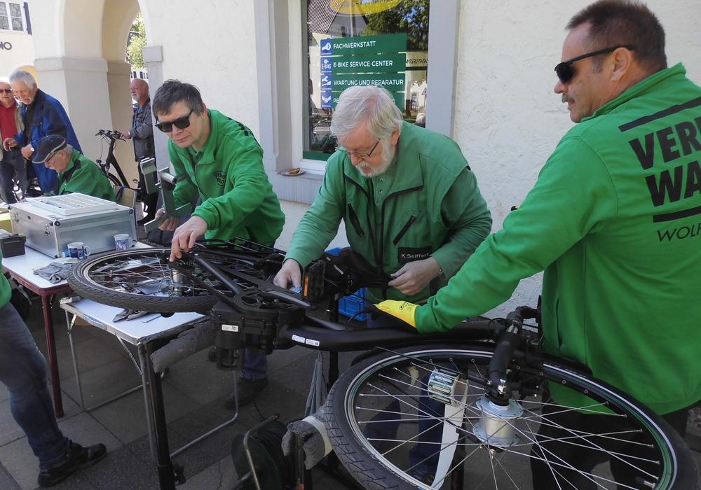 Klaus Seiffert, Vorsitzender der Verkehrswacht Wolfsburg, codiert ein Fahrrad. Foto: Verkehrswacht Wolfsburg