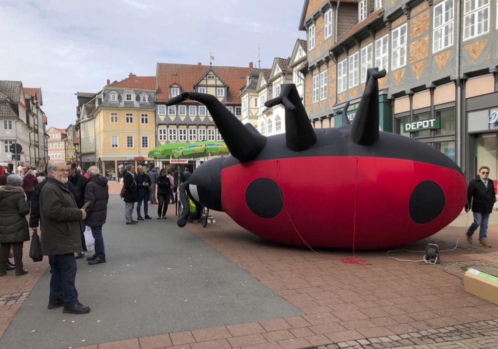 """Bündnis 90/Die Grünen mit Karl dem Käfer am Info-Stand zum Thema """"Insektensterben"""" am Samstag in der  Fußgängerzone. Foto: Stefan Brix"""
