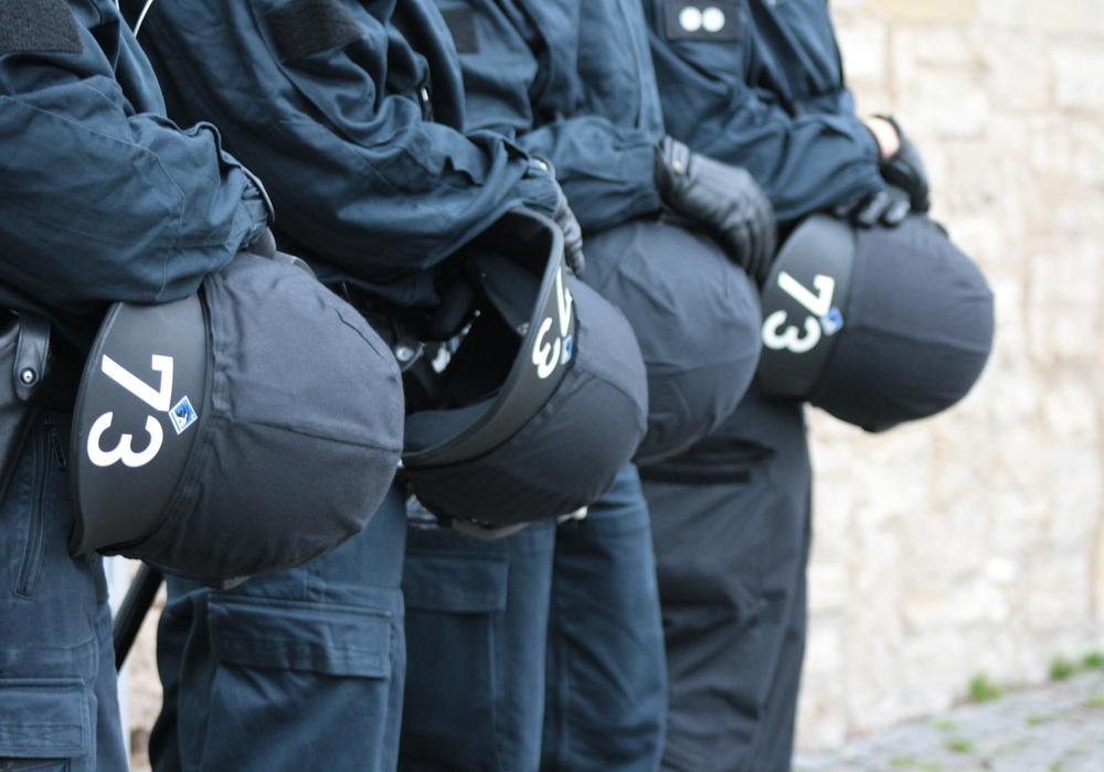 Ist der Griff von Polizisten zur Pistole gerechtfertigt? Symbolbild. Foto: Werner Heise