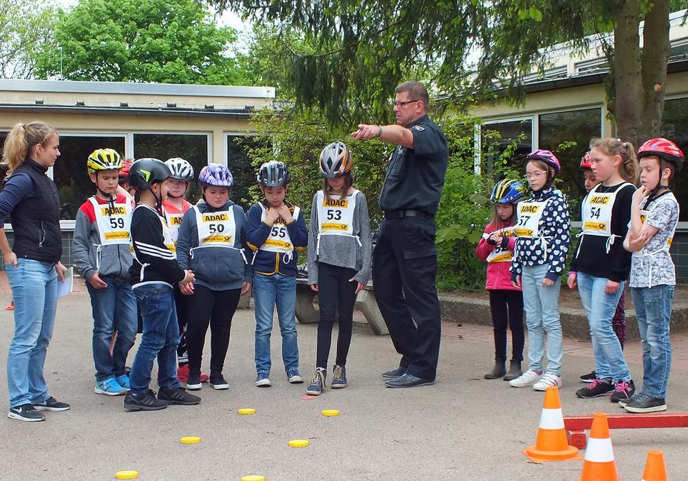 Einweisung der Schüler durch Ulf Barnstorf. Foto: Verkehrswacht