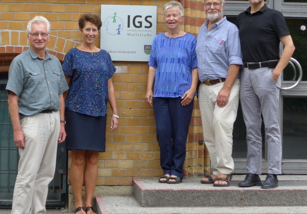 Die grüne Kreistagsfraktion zu Besuch in der IGS Wallstraße (von links): Holger Barkhau, Ursula Miege, Christiane Wagner-Judith, Hilmar Nagel, Dr. Reinhard Gerndt. Foto: Grüne