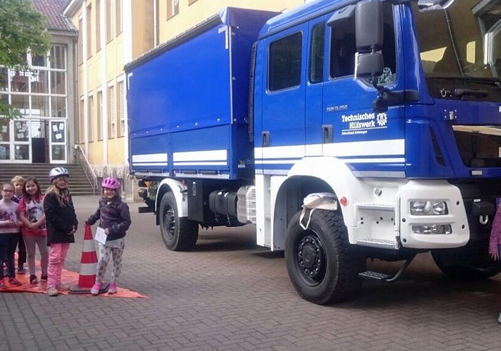 Gemeinsam mit dem THW stellte die Verkehrswacht die Problematik des toten Winkels dar. Foto: Achim Klaffehn, Kreisverkehrswacht Helmstedt