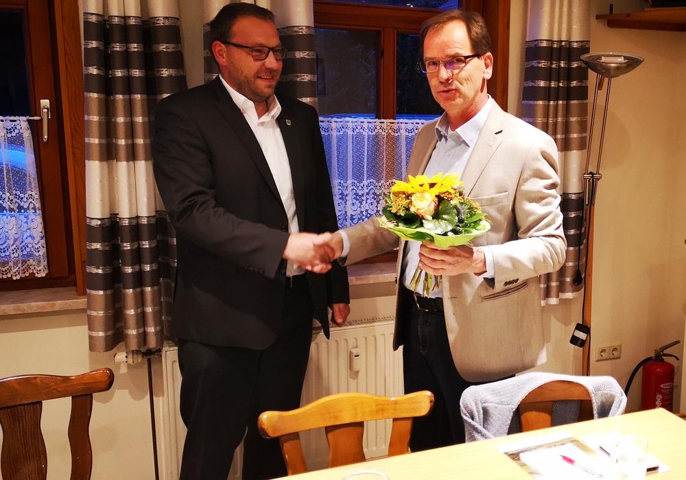 CDU-Vorsitzender Gregor Nitschke gratuliert Gero Janze zur Wahl als Bürgermeisterkandidat. Foto: CDU Grasleben