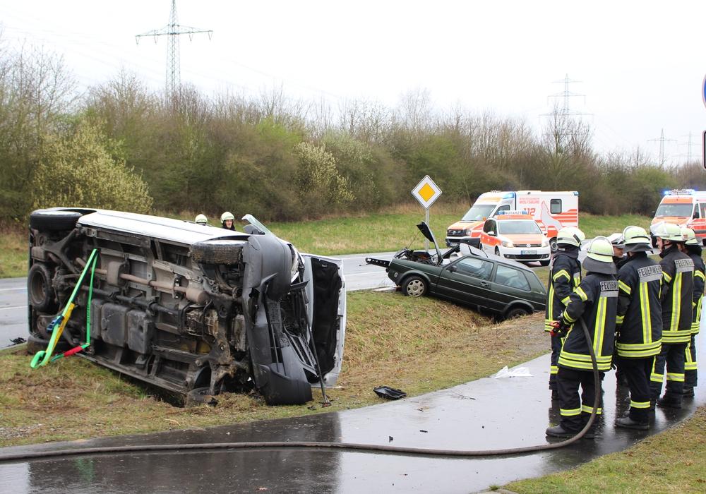 Der Fahrer des Transporters musste von der Feuerwehr aus seinem Fahrzeug befreit werden. Foto: Chtrstoph Böttcher