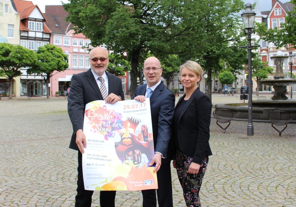 Thomas Severin, Stefan Honrath und Monika Schmidt stellen das Plakat für das Fest an der Stelle vor, an der das Fest stattfinden wird. Foto: Frederick Becker