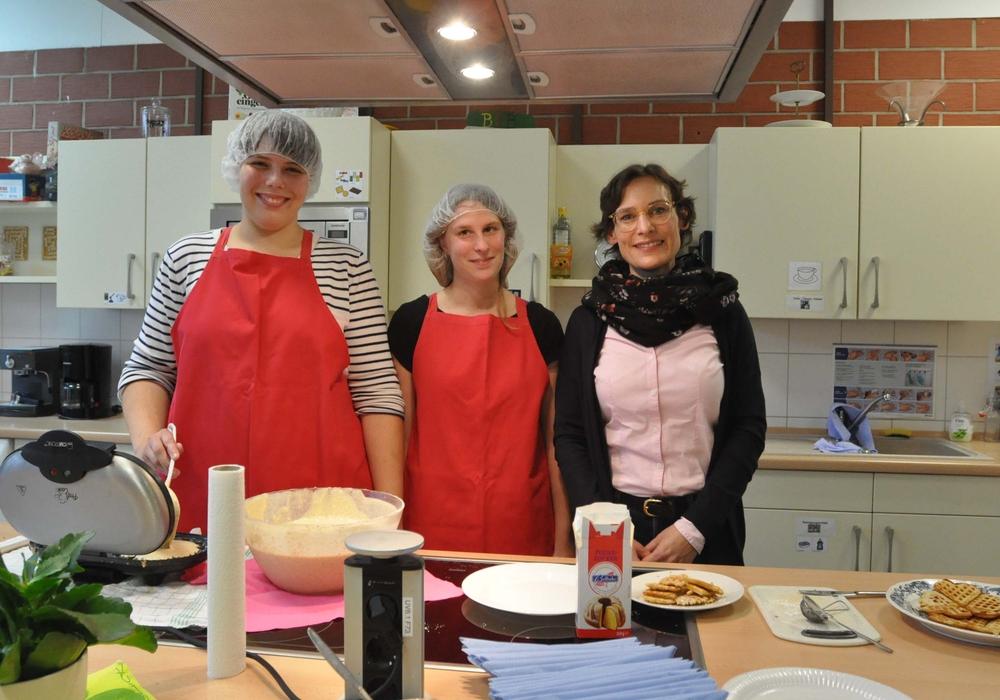 Sarah Goldmann-Marr (von rechts) begrüßte mit Jacqueline Neumann und Anne-Sophie Reck die Besucher im Berufsbildungsbereich mit frischen Waffeln. Foto: Lebenshilfe