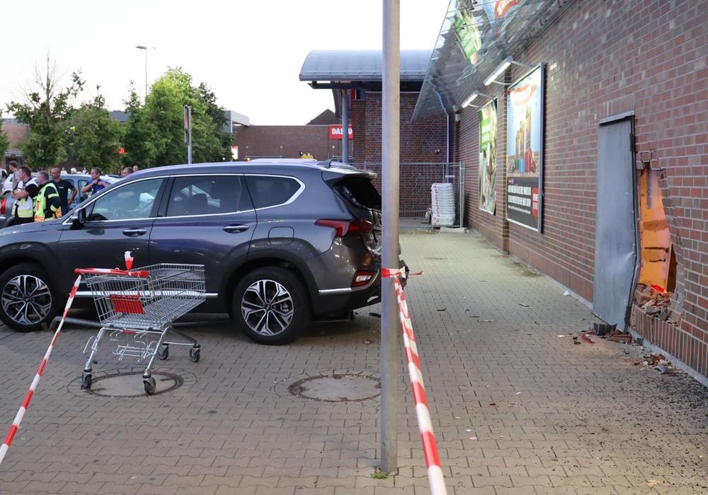Das Fahrzeug der 37-Jährigen hatte die Wand des REWE-Markts teilweise zum Einstürzen gebracht. Foto: Rudolf Karliczek
