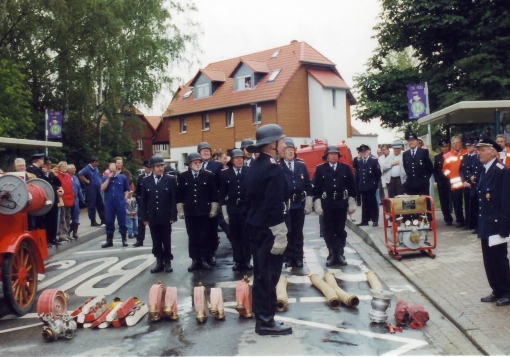 Die Feuerwehr Hötzum lädt zum Tag der offenen Tür ein. Hier kommen auch historische Feuerwehrspritzen zum Einsatz. Foto: Heinz Kümmel