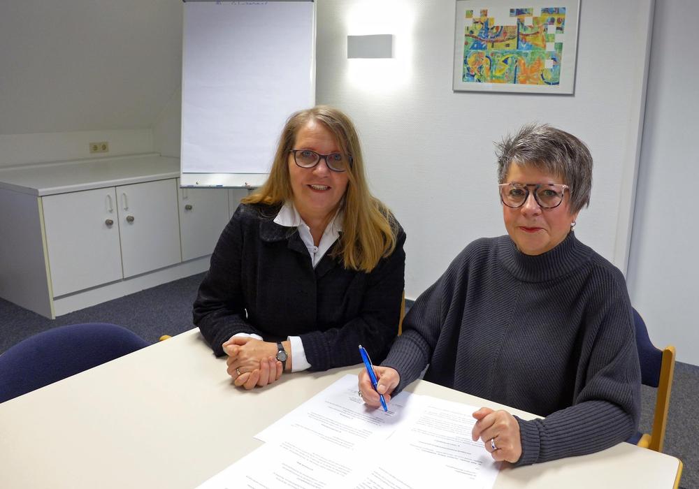 Elke Ferfers, Leiterin des Fachdienstes Bildung (links), und Maria Gröschler, Vorsitzende der Bibliotheksgesellschaft Salzgitter e.V., freuen sich auf die neuen gemeinsamen Projekte. Foto: Stadt Salzgitter