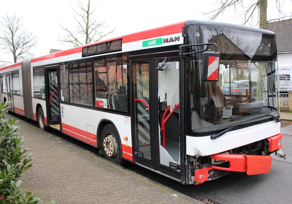 Deutliche Schäden am Linienbus. Foto: Sandra Zecchino