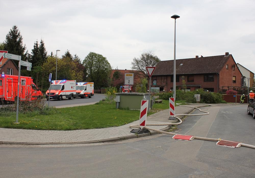 Drei Personen mussten nach einem Schornsteinbrand in eine Klinik eingeliefert werden. Foto: Feuerwehr Hohenhameln