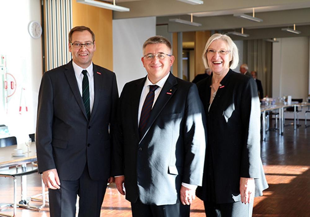 Kammerpräsident Detlef Bade mit dem neu gewählten Vizepräsidenten der Arbeitnehmerseite Lutz Scholz (l.) und Heidi Kluth (r.), Vizepräsidentin der Arbeitgeberseite. Foto: Handwerkskammer