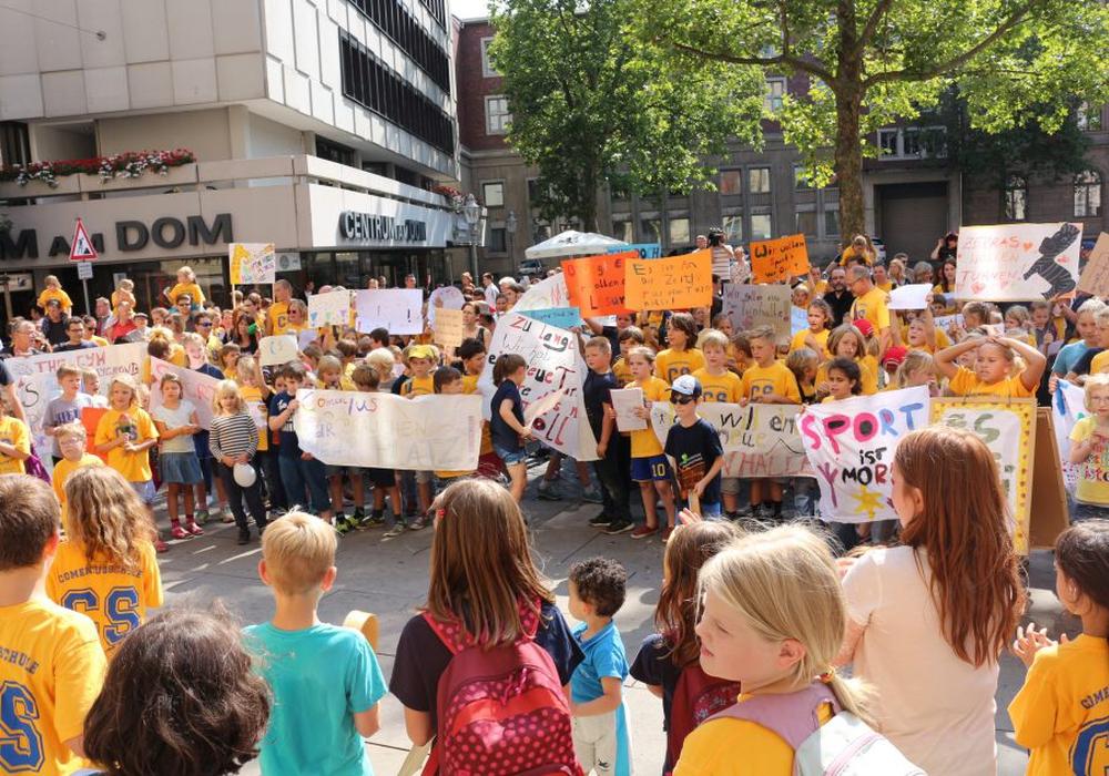 Die Schüler der Grundschule Comeniusstraße protestierten vor dem Rathaus. Foto: Robert Braumann