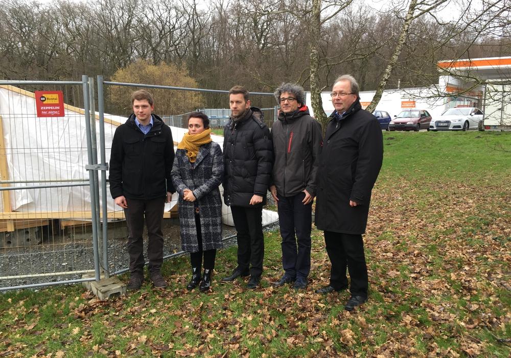 Daniel Pollok, Anita Placenti-Grau, Dennis Weilmann, Dr. Alexander Kraus und Stefan Krieger an der Stelle, an der die Gedenkstätte errichtet werden soll. Foto: Stadt Wolfsburg