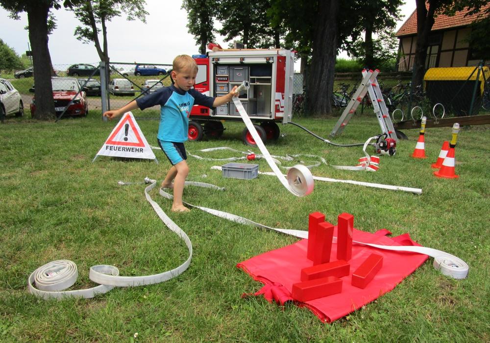 Das Kinderfeuerwehrauto der Feuerwehr besuchte das Freibad in Dettum. Foto: Ines Bremer/ Feuerwehr Dettum