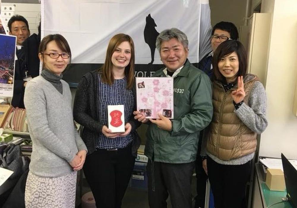 Christina List (2.v.l.), mit Mitarbeitern der City Center Promotion Division der Stadt Toyohashi. Foto: Stadt Toyohashi