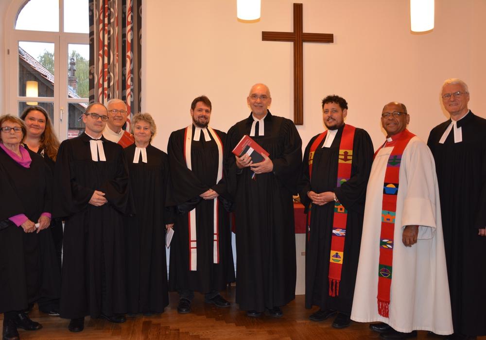 Superintendent Dr. Volker Menke führte Pastor Dominik-Christian Rohrlack in sein neues Amt ein. Fotos: Ev.-luth. Kirchenkreis Peine