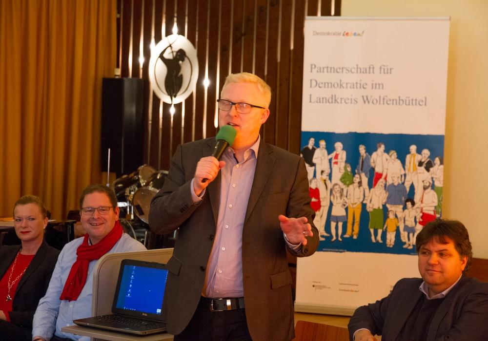 Falk Hensel (stehend) mit Dunja Kreiser, Marcus Bosse und Uwe Schäfer bei der Begrüßung. Fotos: Freiwilligenagentur Jugend-Soziales-Sport e.V.