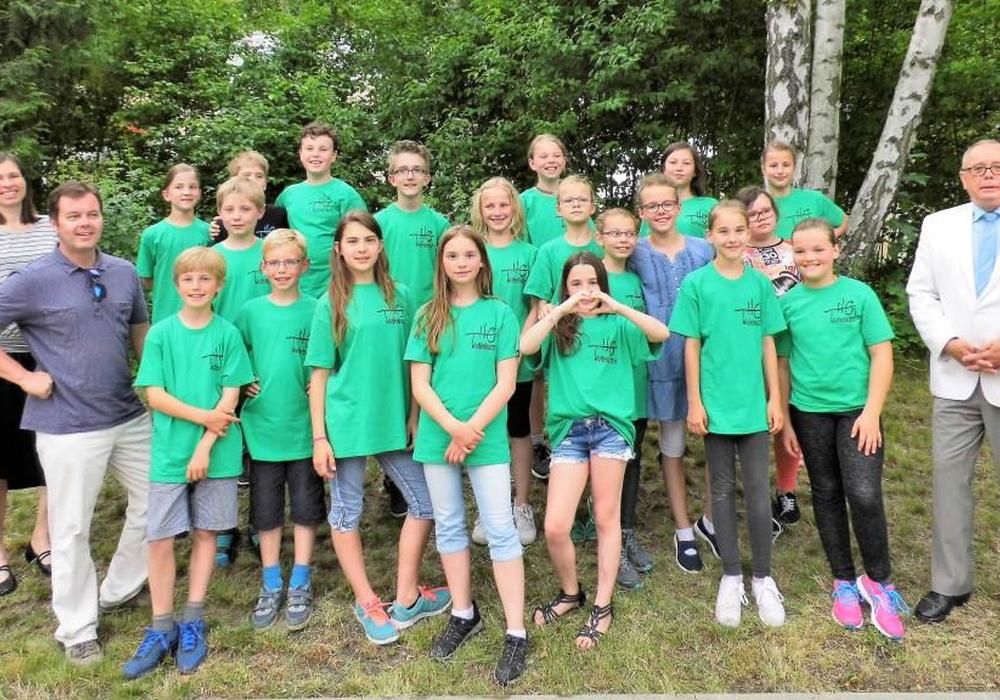 Mit der Bläserklasse 5b freuten sich zur T-Shirt-Übergabe die Lehrkräfte (v. l.) Maren Blockhaus und Stefan Brandes sowie vom Ehemaligenverband Andreas Meißler (r.). Foto: Schule