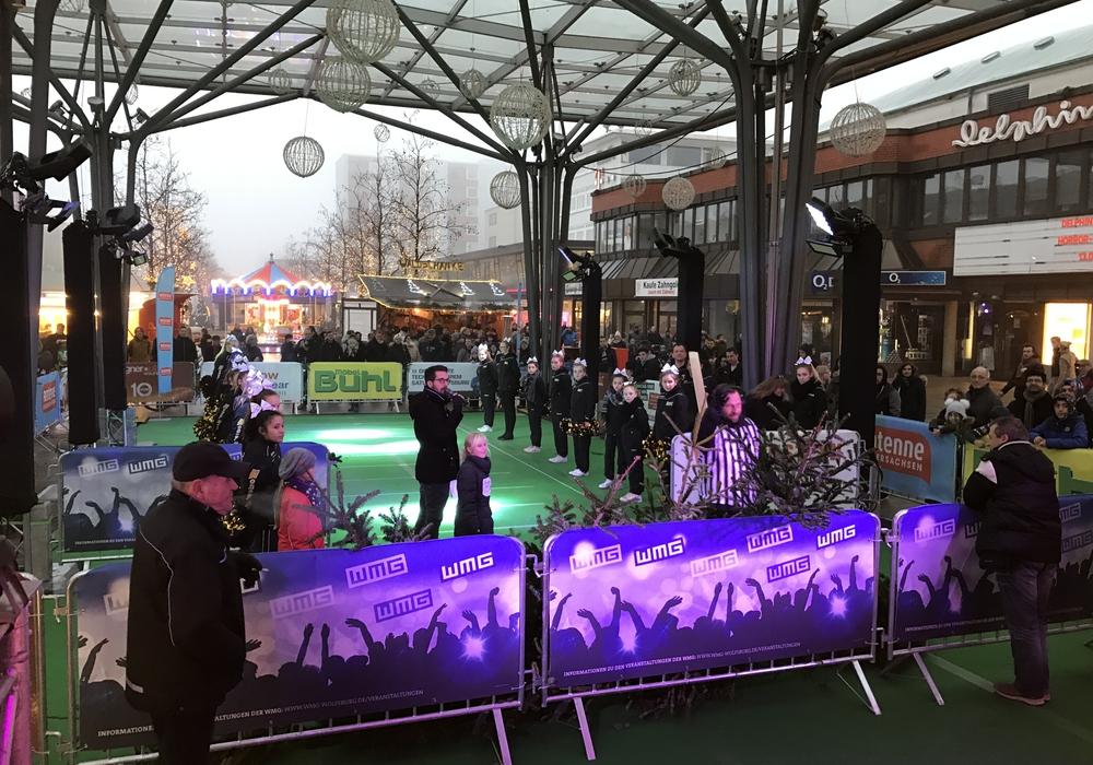 Die Weihnachtsbaumweitwurf-Challenge zog am Sonntag viele Besucher in die City. Foto: WMG