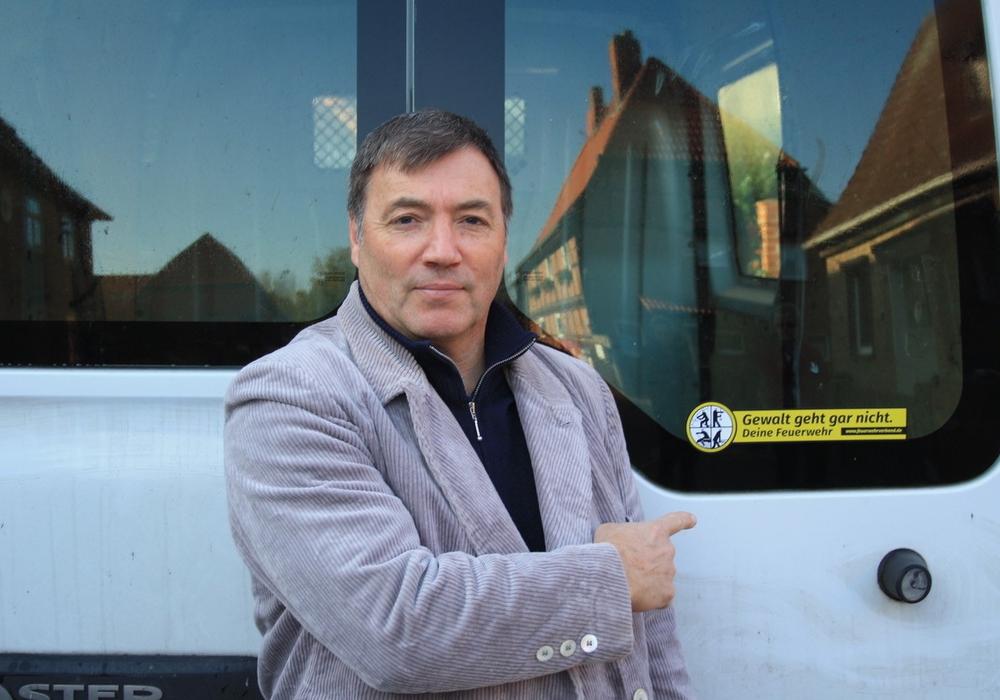 Sven Jastschemski vor einem seiner Firmenfahrzeuge. Foto: Thomas Stibbe OFW Ahmstorf/Samtgemeinde Grasleben