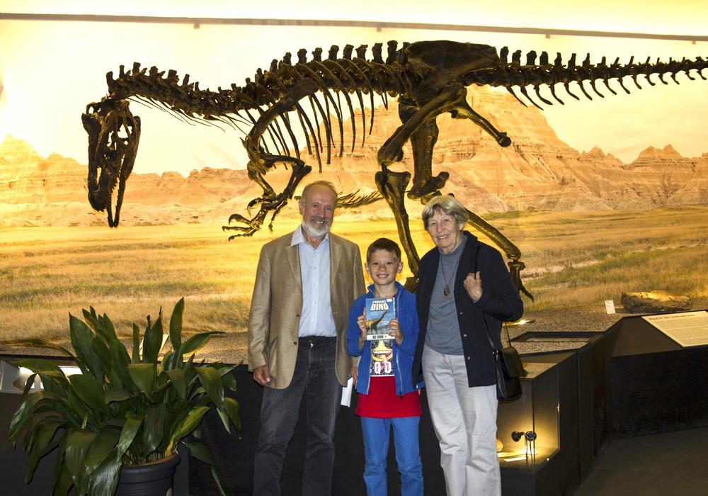 Museumsdirektor Ulrich Joger mit dem zehntausendsten Besucher Niklas Ruppel und seiner Großmutter Bärbel Eilers, Foto: M. Neppe, SNHM