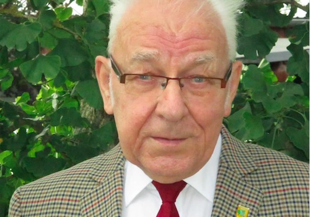 Altbürgermeister von Sickte Dieter Lorenz schreibt zu Ehren von Giselher Klose ein Gedicht. Foto: Privat