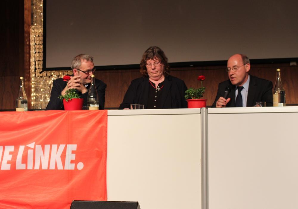 """Hartwig Erb, Pia Zimmermann und Gregor Gysi diskutierten über das Thema """"Rechtspopulismus"""". Fotos: Eva Sorembik"""