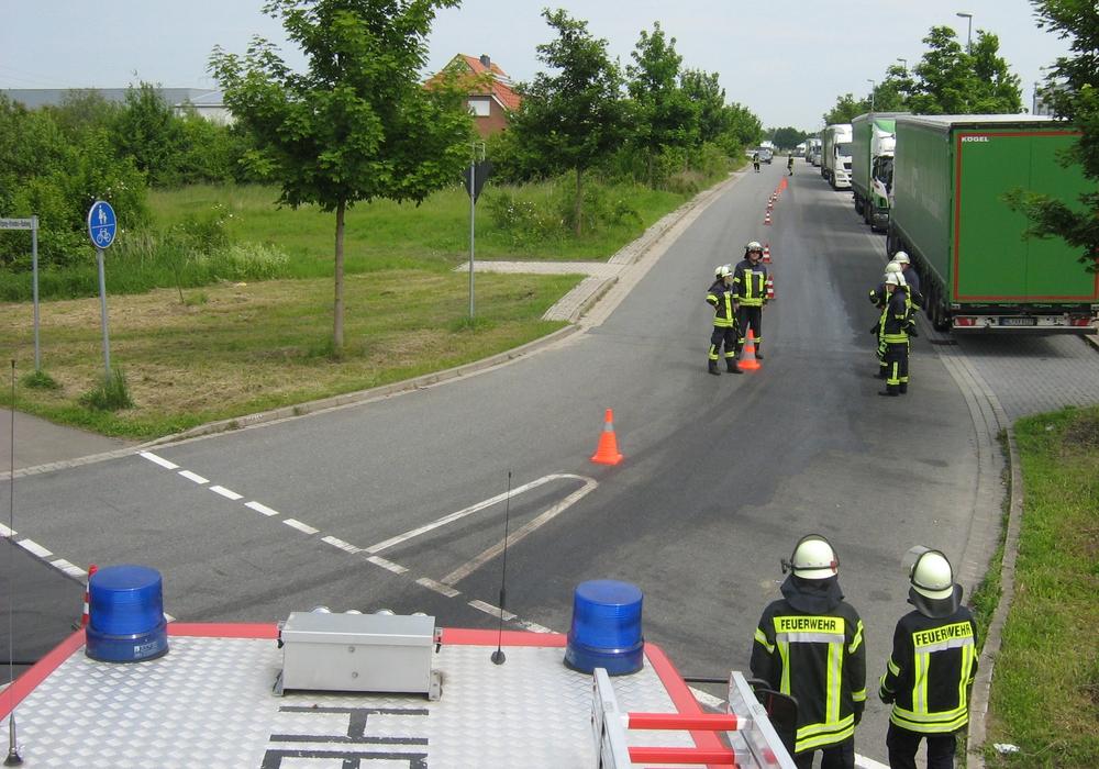 Die Feuerwehr musste eine lange Strecke reinigen. Fotos: Gemeinde Lehre