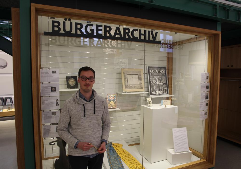 Der neue Volontär Sebastian Mönnich vor dem Bürger Archiv im Bürger Museum. Foto: Museum Wolfenbüttel