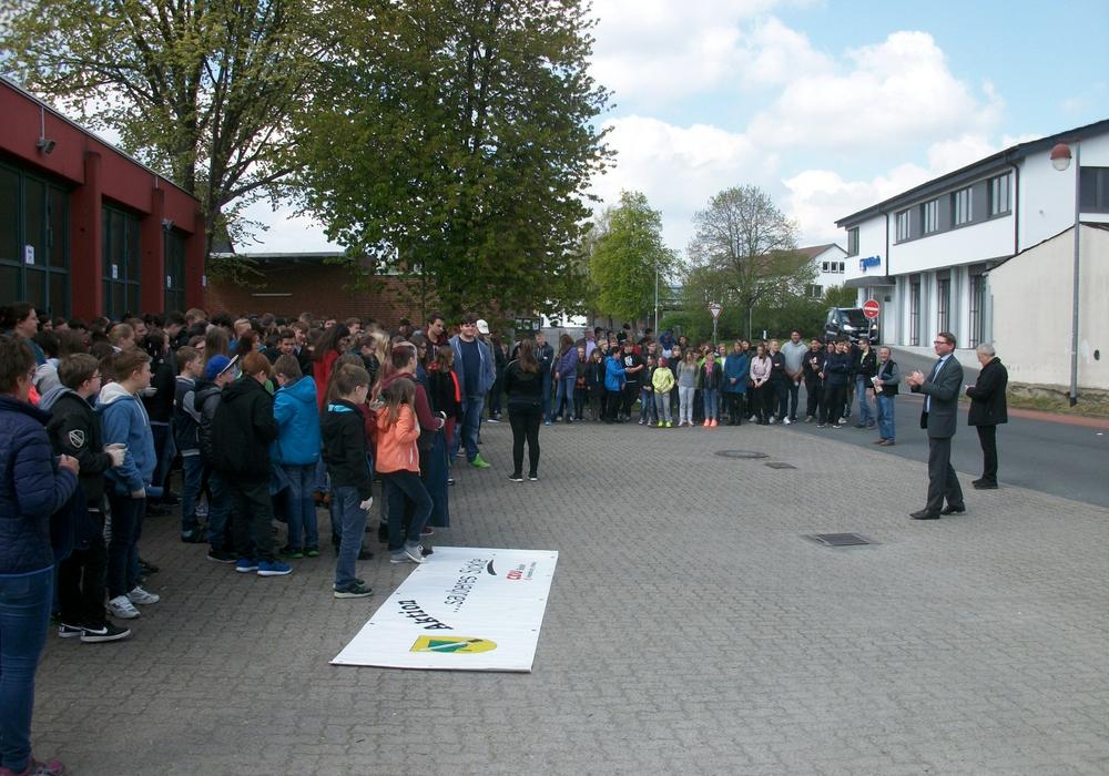 Marco Kelb, Bürgermeister von Sickte, bei der Eröffnung der Aktion vor dem Feuerwehrgerätehaus. Foto: Privat