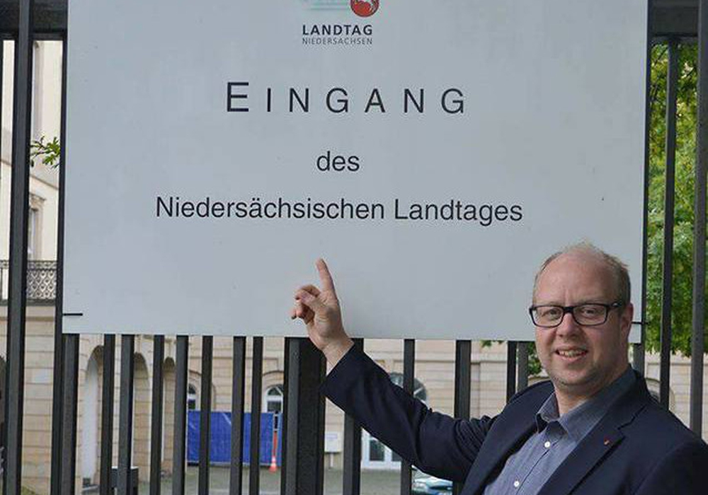 Jörn Domeier vor dem Niedersächsischen Landtag. Foto: SPD