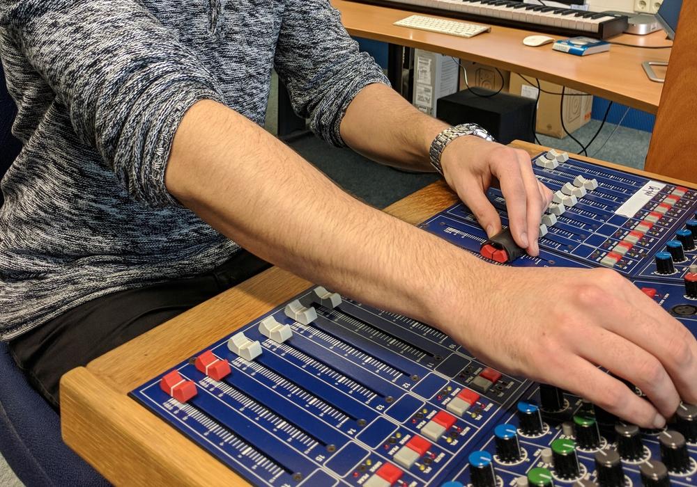 Die städtische Musikschule bietet zwei Ferienworkshops zum Thema elektronische Musik an. Foto: Stadt Wolfsburg