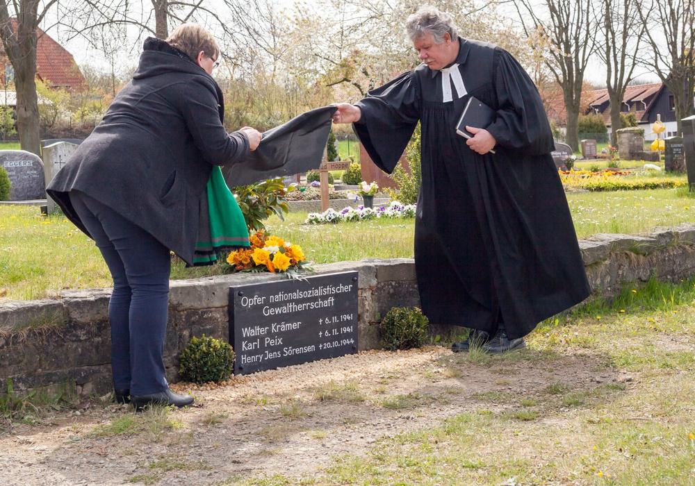 Die Gedenktafel ist wieder da: Am Samstag konnte sie nach der Restauration enthüllt werden.  Foto: Alec Pein