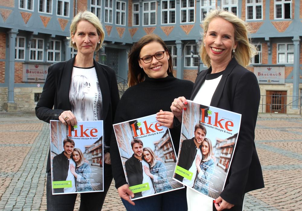 """Von links: Astrid zu Höne (Redakteurin), Stephanie Celiker (Hazel & Blue Photography) und Corinna Düe (Citymanagement) präsentieren die neue Ausgabe der """"Like"""". Foto: Nick Wenkel"""