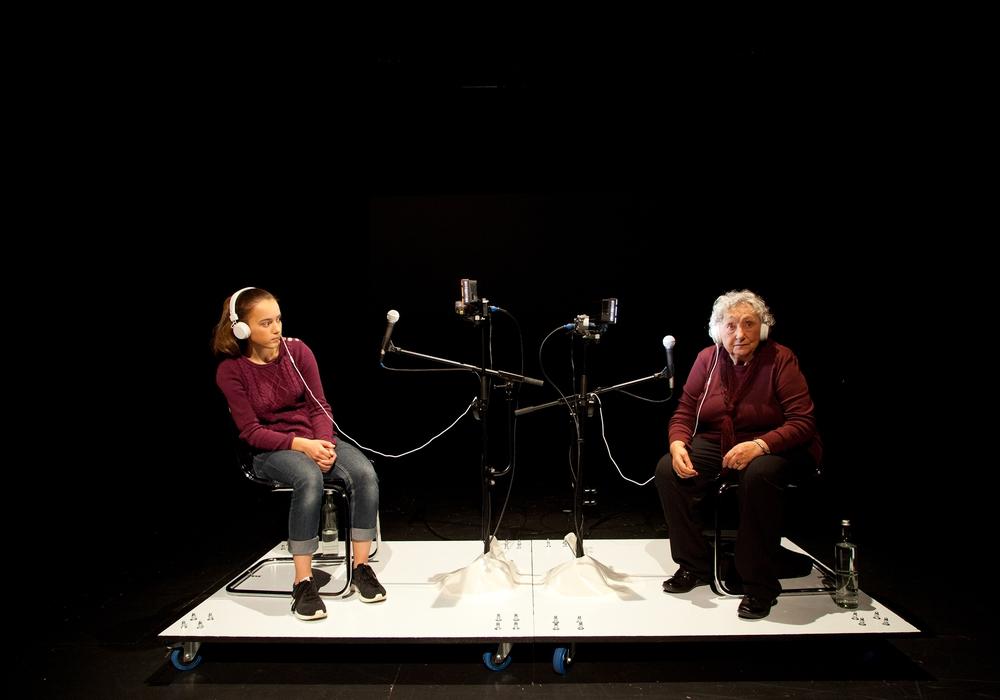 """Im Stück """"Werden"""" (LOT-Theater, Samstag 20 Uhr, Sonntag 17 Uhr) erforschen die 15-jährige Klara und die 75-jährige Christina ihr vergangenes und zukünftiges Leben. Foto: Veranstalter"""