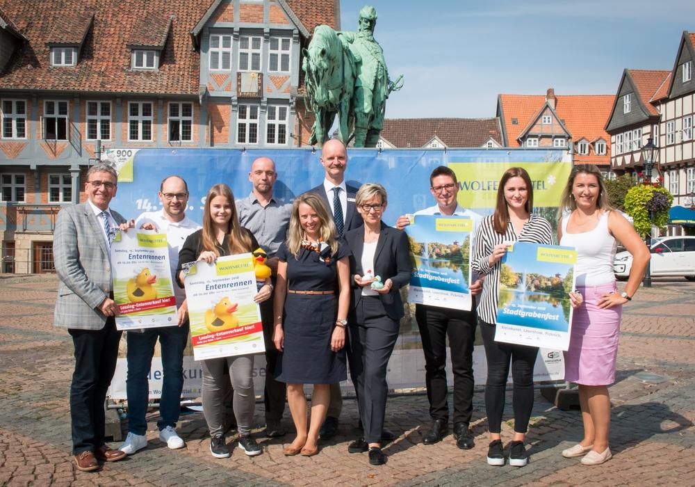Bürgermeister Thomas Pink und das Team des Veranstaltungsmanagements der Stadt freuen sich gemeinsam mit den Sponsoren auf das Stadtgrabenfest. Foto/Video: Werner Heise