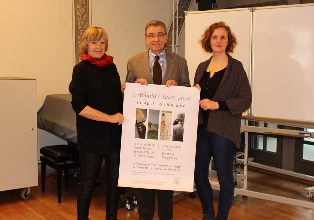 Organisatorin Heike Hidalgo (von links), Bürgermeister Thomas Pink und Künstlerin Claudia Reimann freuen sich auf den sechsten Frühjahrssalon. Foto: Max Förster
