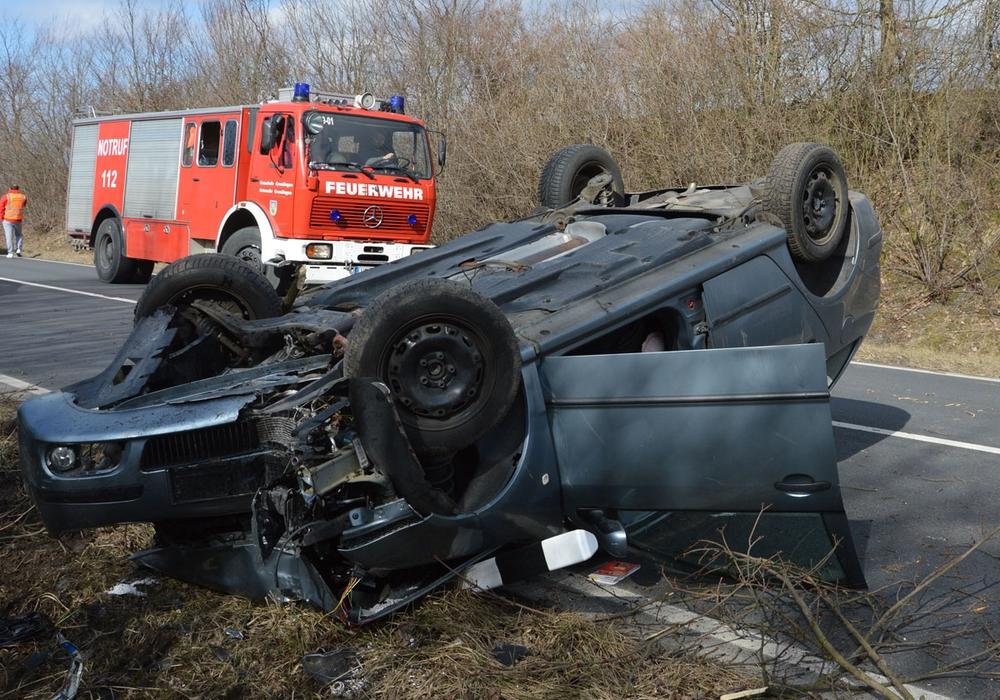 Das Auto kam auf dem Dach zum Liegen. Fotos: Feuerwehr; Tobias Breske