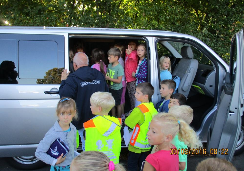 Den Kindern wurde von der Polizei die Messtechnik direkt am Messfahrzeug erklärt. Foto: Polizei Goslar