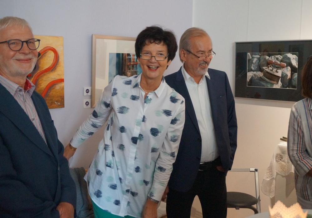 (von links nach rechts: Reinhard Carl (Maler), Prof. Dr. Marion Tacke (Praxisinhaberin) und Günter Berger-Quellmalz (Fotograf). Foto: Brigitte Quellmalz