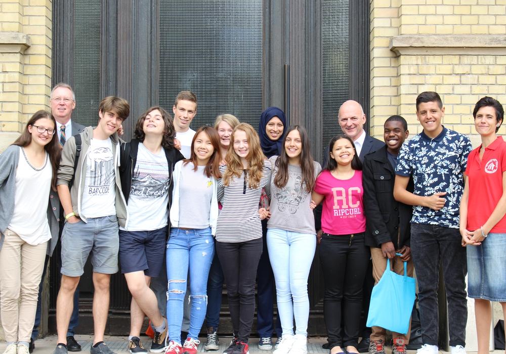 Von links: Michael Habenbacher (Betreuer des Programms), Schulleiter Hartmut Frenk und Sandra Feuge (Betreuerin des Projektes) mit den zwölf Austauschschülern. Foto: Max Förster