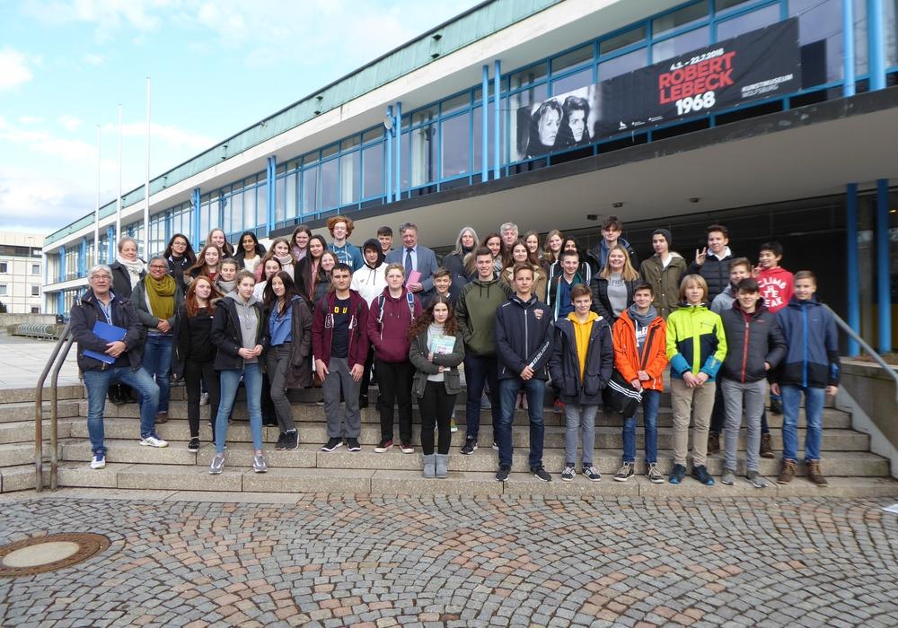 Bürgermeister Lach begrüßt die Schüler. Foto: Stadt Wolfsburg