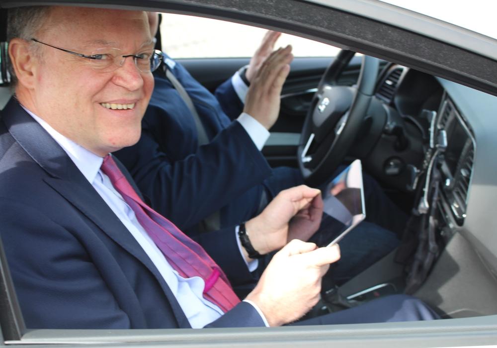 Der niedersächsische Ministerpräsident testete das Cloud-Car. Fotos. Bernd Dukiewitz