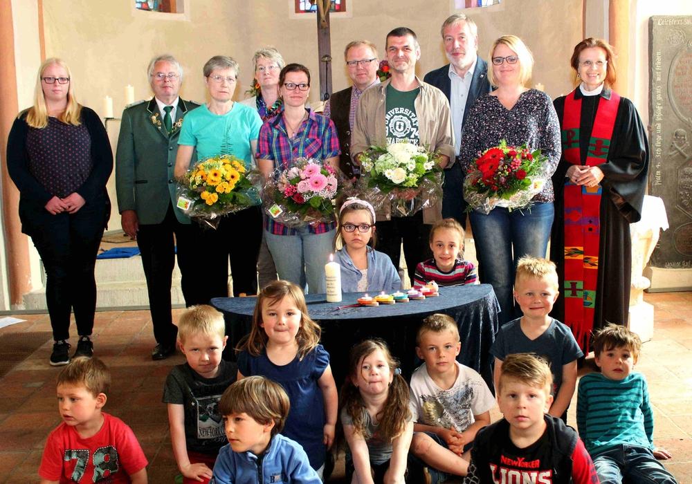Kinder, Kiga- Mitarbeiter und der Roklumer Kirchenvorstand Foto: Bernd-Uwe Meyer