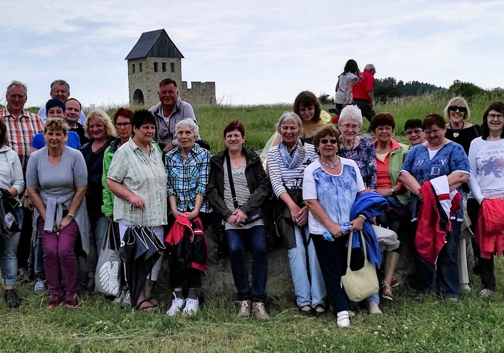 Die Frauen Union mit dem CDU-Kreisvorsitzenden und Landtagsabgeordneten Frank Oesterhelweg (3. v. l.) bei ihrer Treckertour zur Königspfalz Werla. Foto: Meißler