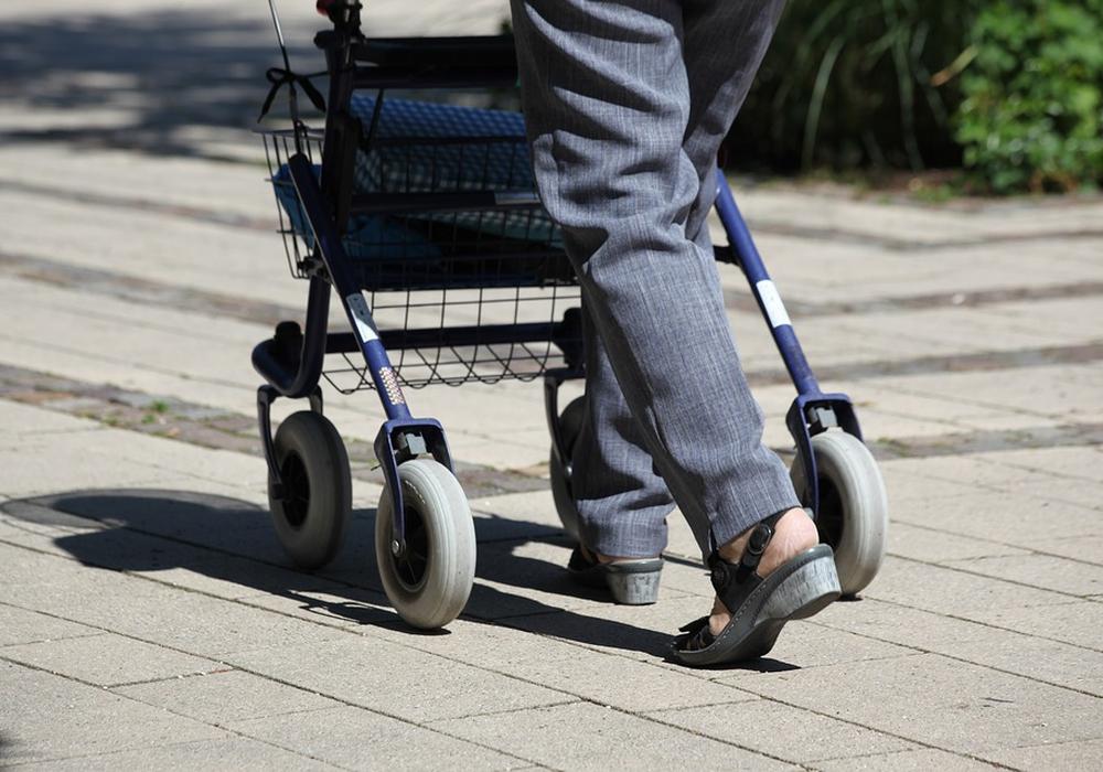 Die 71-Jährige war mit ihrem Rollator beim Einkaufen, als sie von einem Auto erfasst wurde. Symbolfoto: Pixabay